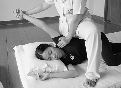 Massage in side position allows to work on specific places more effectively.